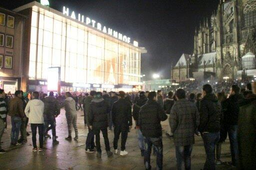 Des personnes rassemblées devant la gare de Cologne le 31 décembre 2015