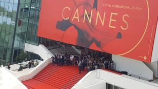 Une minute de silence sur les marches du Palais des festivals à Cannes, le 23 mai 2017.