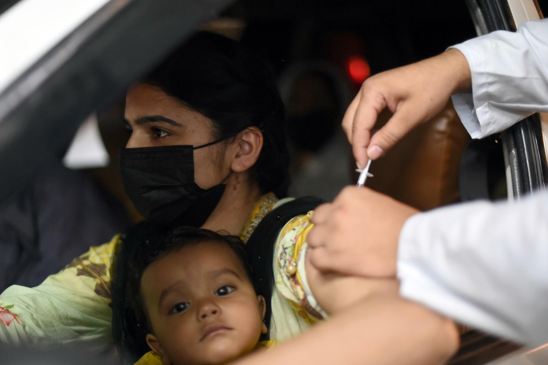 """امرأة تتلقى جرعة لقاح """"سينوفارم"""" في مركز تطعيم بمدينة لاهور الباكستانية"""
