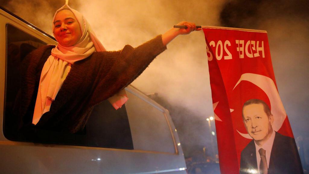 Una partidaria del AKP ondea una bandera con la cara de Erdogan en Estambul, Turquía el 31 de marzo de 2019.
