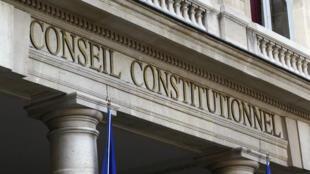 Le Conseil constitutionnel a censuré l'article qui permettait aux services de renseignements français de déroger à l'avis du Premier ministre et de la commission de contrôle.