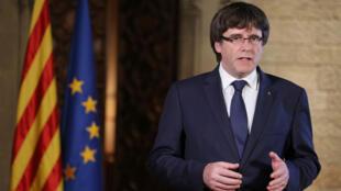 Carles Puigdemont veut que les mesures prises par Madrid soient débattues au parlement catalan.