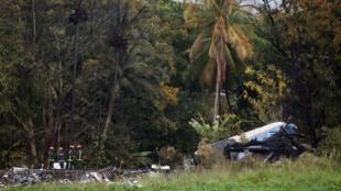 Los bomberos trabajan en el lugar del accidente del avión que se estrelló en la zona agrícola de Boyeros, a unos 20 km al sur de La Habana, Cuba, el 18 de mayo de 2018.
