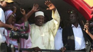 Le président gambien Adama Barrow salue la foule de ses supporters le 2 décembre 2016, à Kololi, après l'annonce de sa victoire.