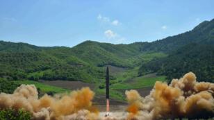 Image prise par une agence officielle nord-coréenne, le 4 juillet 2017, montrant le lancement d'un tir de missile.