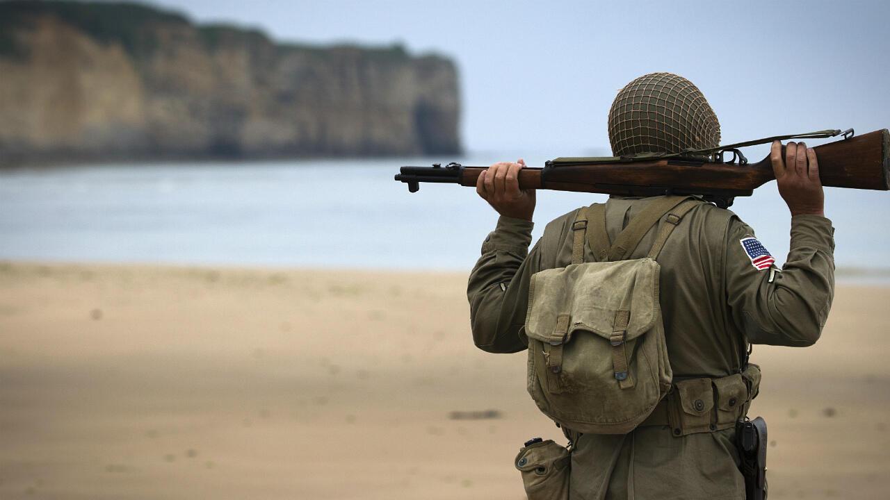 Imagen de archivo. Un hombre, vestido con el uniforme de la Segunda Guerra Mundial, se encuentra en la playa de Vierville-sur-Mer, una de las playas del desembarco del Día D. Normandía, Francia, el 2 de junio de 2014.