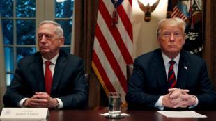 El presidente de Estados Unidos, Donald Trump, habla con los medios de comunicación mientras se prepara para una reunión informativa de sus líderes militares de alto nivel, incluido el secretario de Defensa James Mattis, en la sala del gabinete de la Casa Blanca en Washington, EE. UU., el 23 de octubre de 2018.