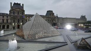 متحف اللوفر بباريس
