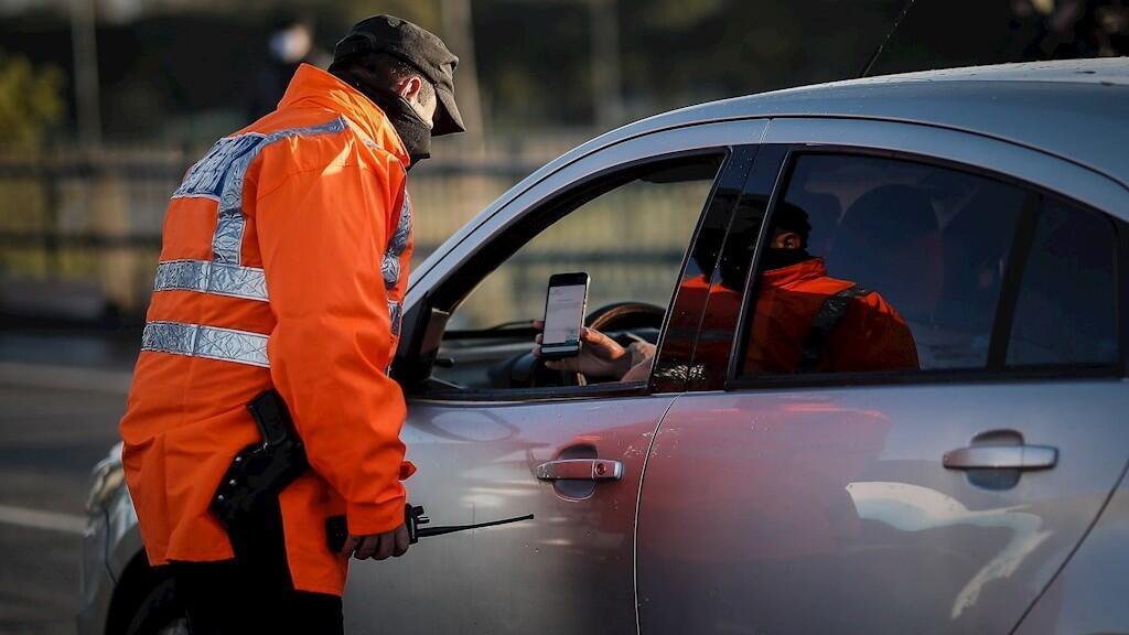 Personal policial realiza controles en los ingresos a la ciudad este miércoles, en Buenos Aires (Argentina).