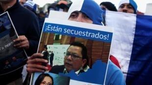 Nicaraguënses viviendo en Costa Rica prostestaron tras la ola represiva contra la prensa en Nicaragua.