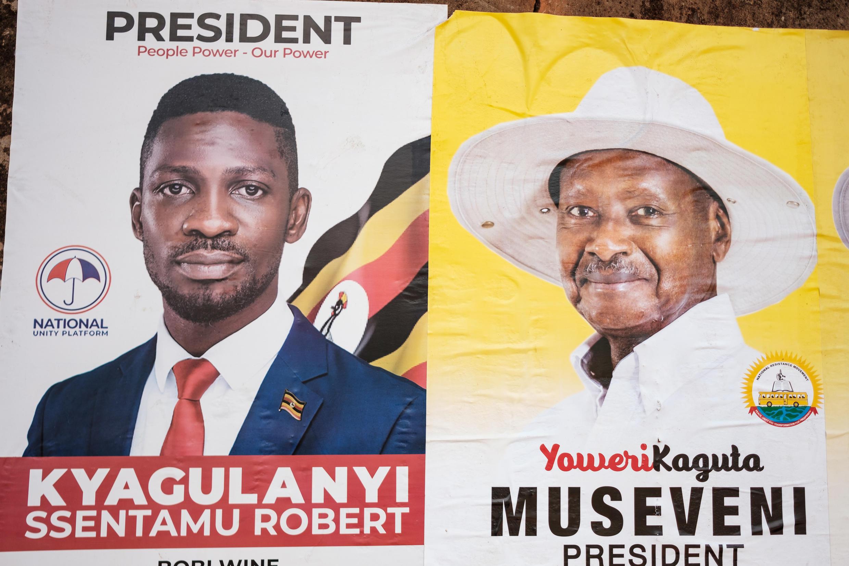 Carteles de Bobi Wine, candidato en las elecciones presidenciales de Uganda del 14 de enero, y del inamovible presidente Yoweri Museveni el 4 de enero de 2021, en Kampala.