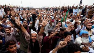Partidarios del partido político islamista TLP protestan a raíz de la absolución de Asia Bibi por la Corte Suprema, en Islamabad, Pakistán, el 1 de noviembre de 2018.