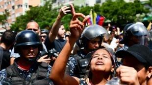 متظاهرون مؤيدون لخوان غوايدو يتظاهرون في كاراكاس في 9 مارس 2019