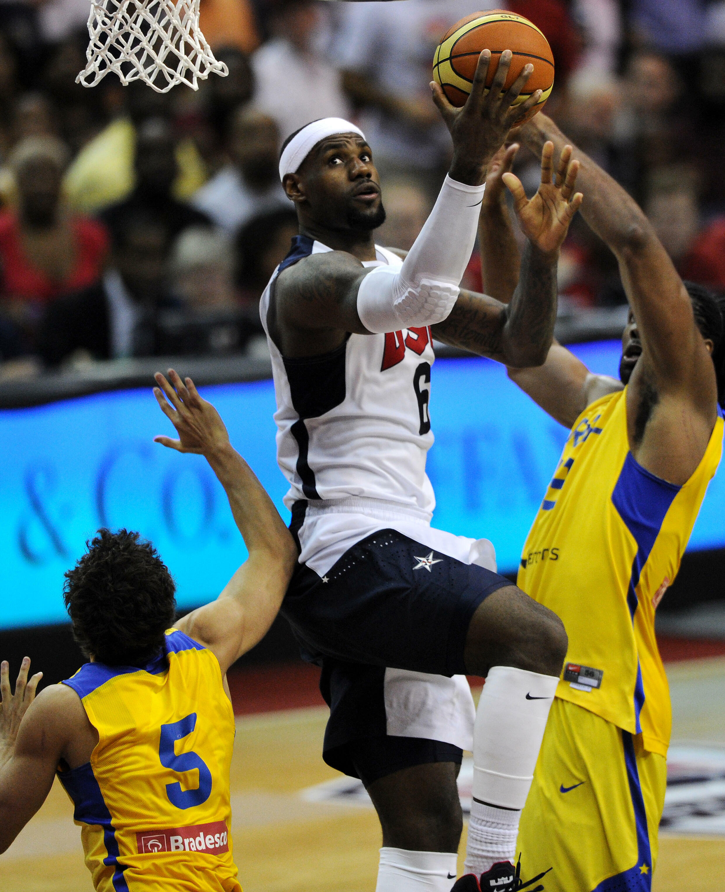O superastro da NBA, LeBron James, tem o seguinte no Brasil - aqui, ele joga uma exibição pela seleção dos EUA contra o Brasil em 2012 em Washington