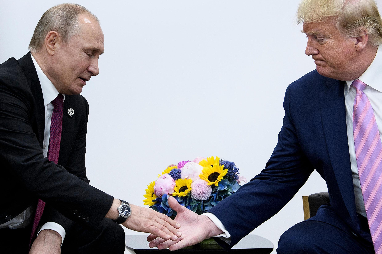 En esta foto de archivo el presidente de Rusia, Vladimir Putin, estrecha la mano de Donald Trump en Osaka el 28 de junio de 2019
