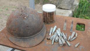 Des vestiges de la Première Guerre mondiale, un casque et des munitions français, retrouvés près d'un village en Macédoine.