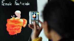 """Une jeune fille lors de l'ouverture de l'exposition """"Female foeticide"""" à Amritsar, dans le nord-ouest de l'Inde, en janvier2009."""
