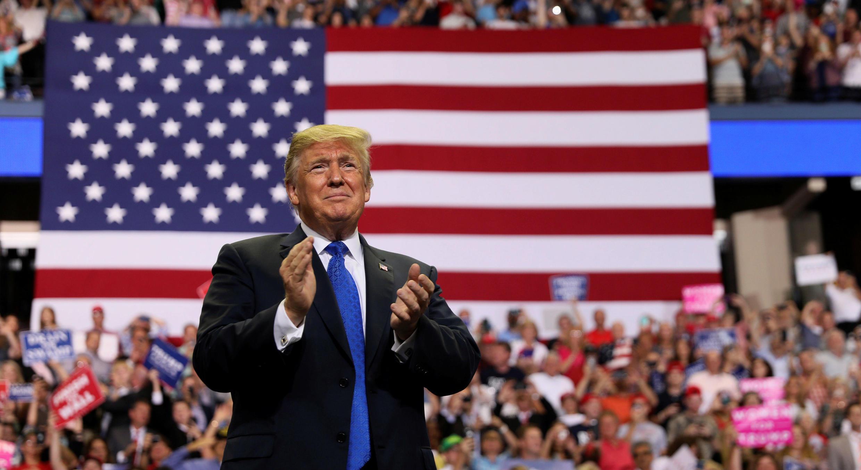 El presidente de Estados Unidos, Donald Trump, aplaude en un evento en Mississippi. 2 de octubre de 2018.