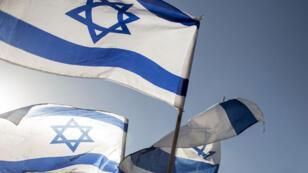 Le drapeau d'Israël, brandi par des manifestants de l'extrême droite israélienne, le 3 juillet 2014.