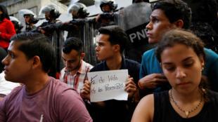 Dolientes del político Fernando Albán se instalan frente al edificio del Servicio Bolivariano de Inteligencia Nacional (SEBIN) para protestar por la muerte del concejal y pedir pruebas de vida de otros presos políticos el 8 de octubre de 2018 en Caracas, Venezuela.