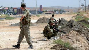 قوات تركية على طريق يؤدي إلى بلدة جزره في 9 أيلول/سبتمبر 2015