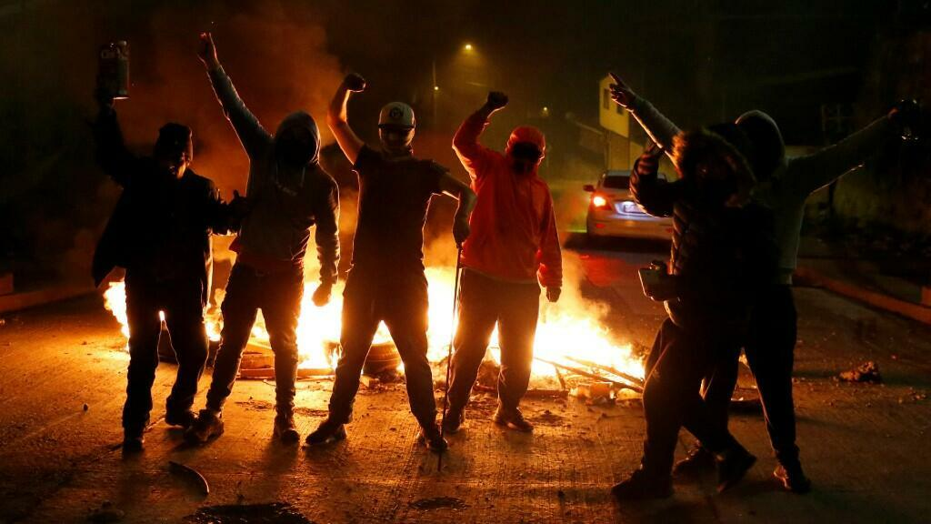 Manifestantes protestan frente al Congreso Nacional de Chile en Valparaíso, donde el presidente Sebastián Piñera rindió cuentas de su último año de Gobierno, este 31 de julio de 2020.