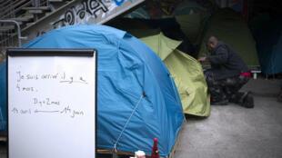 Un migrant entre dans sa tente, près de la gare d'Austerlitz à Paris, le 14 juin 2015.
