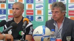 - سفيان فيغولي ومدرب منتخب الجزائر كريستيان غوركوف