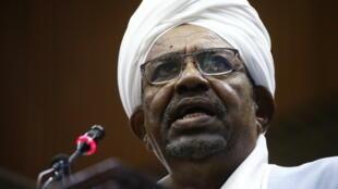 صورة أرشيف من 1 نيسان/أبريل 2019 للرئيس السوداني عمر البشير يخاطب البرلمان في العاصمة الخرطوم