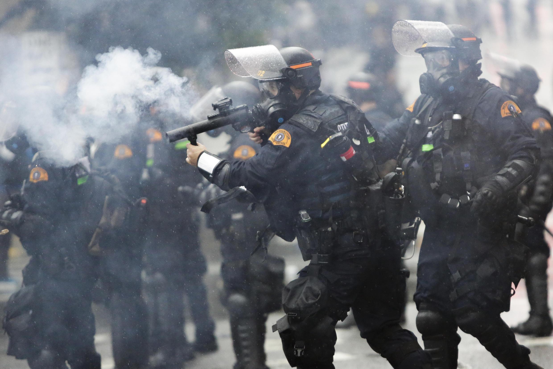 الشرطة الأمريكية تستخدم الغاز المسيل للدموع لتفريق متظاهرين في واشنطن يتظاهرون ضد مقتل جورج فلويد