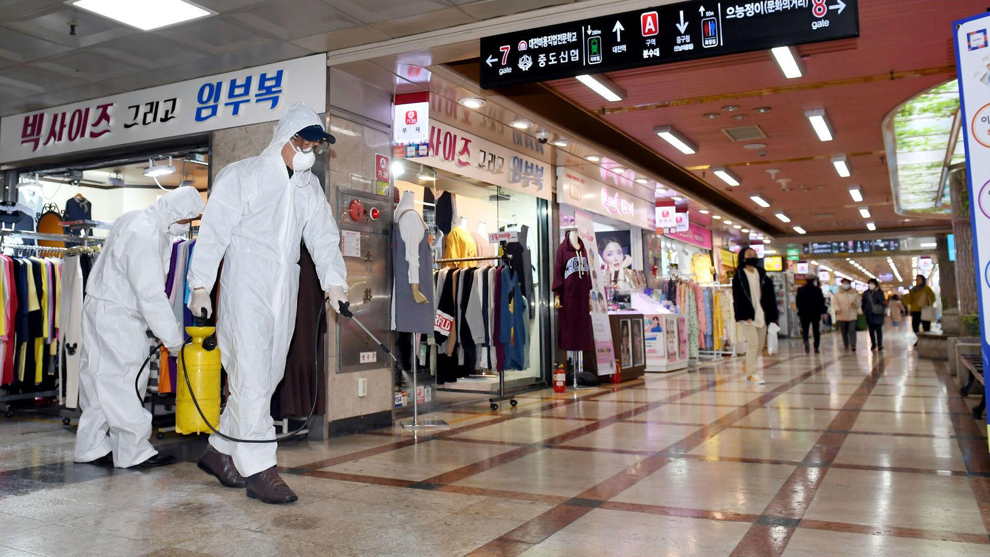 Unos empleados desinfectan el suelo de un centro comercial en Daejeon, Corea del Sur. 22 de febrero de 2020.