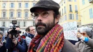 Cédric Herrou, lors de son arrivée au tribunal de Nice le 23 novembre 2016. Son procès s'ouvre mercredi 4 janvier 2017.