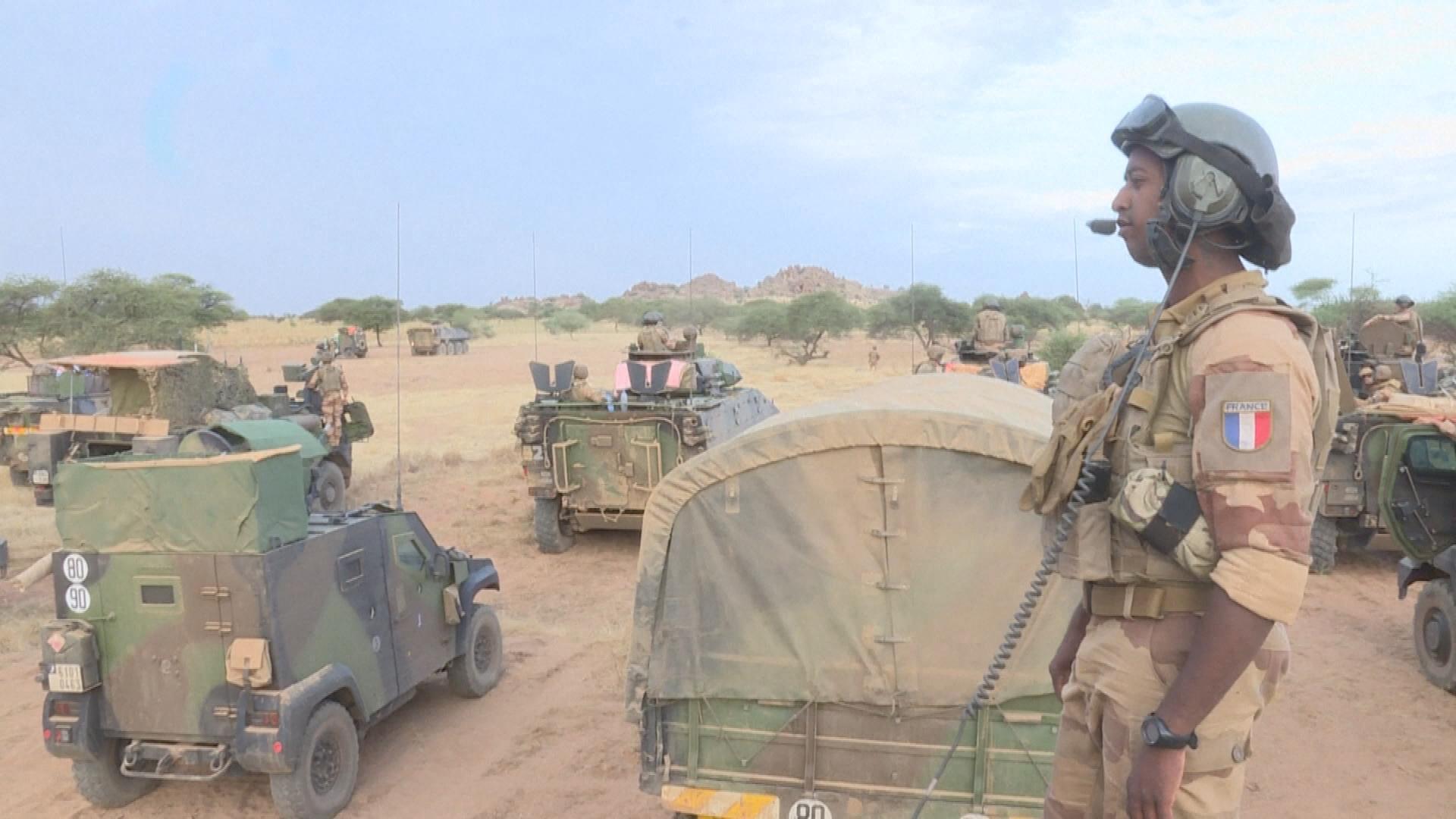 Sahel: Emmanuel Macron maintient les effectifs de Barkhane