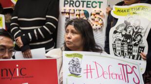 Inmigrantes, activistas y funcionarios electos realizan una conferencia de prensa para exigir que el Departamento de Seguridad Nacional extienda el Estatus de Protección Temporal (TPS) a más de 195,000 salvadoreños el 8 de enero de 2018 en Nueva York.