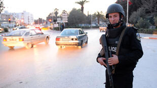 Un policier tunisien devant l'une des entrées du musée Bardo, à Tunis, le 23 mars 2015.