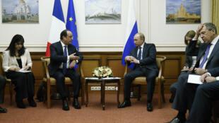 François Hollande et Vladimir Poutine lors de leur rencontre impromptue, samedi 6 décembre, près de Moscou.