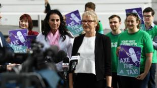 La senadora Janet Rice se dirige a los medios fuera de las oficinas del Parlamento de la Commonwealth en Melbourne, Australia, el 3 de octubre de 2018.