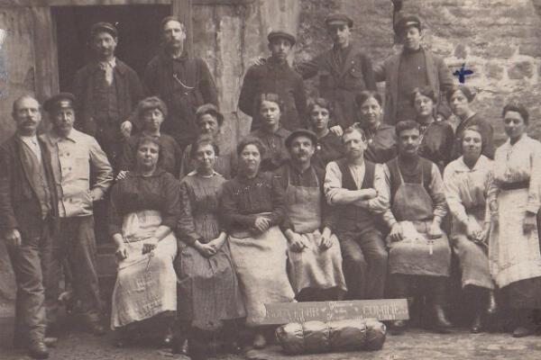 Pendant la Première Guerre mondiale, Martha est évacuée du Nord de la France avec une partie de sa famille. Elle travaille alors dans une usine de Lyon, où elle reste jusqu'en 1920. Cette photographie date de 1919.