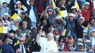 El papa Francisco saluda a una multitud a su llegada a la homilía en Abu Dabi, Emiratos Árabes Unidos. 5 de febrero de 2019.