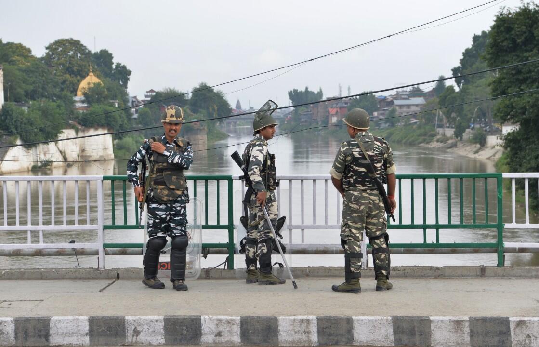 Des forces de sécurité montent la garde dans une rue à Srinagar, le 11 août 2019.