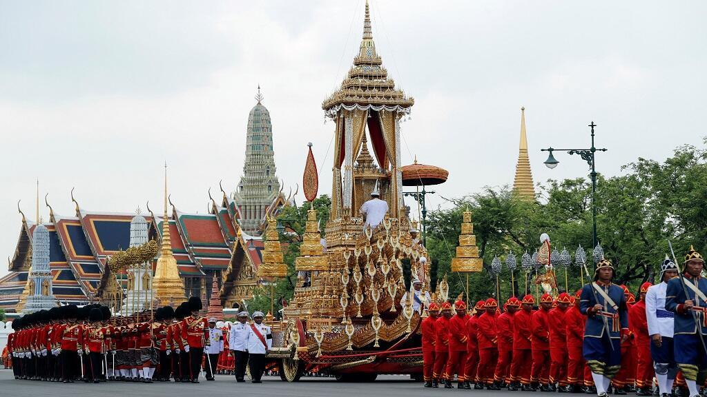 Gran Carruaje de la Victoria durante la procesión fúnebre de Bhumibol Adulyadej antes de la Ceremonia de cremación real frente al Gran Palacio en Bangkok, Tailandia, el 26 de octubre de 2017.
