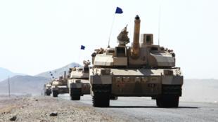 Des chars Leclerc français, de la coalition dirigée par les Saoudiens, déployés dans le district de Dhubab, le 7 janvier 2017, au Yémen.