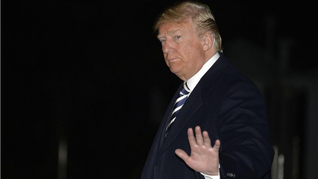 El presidente estadounidense, Donald Trump, mientras saludaba a la prensa a su regreso a la Casa Blanca, en Washington, el 20 de octubre de 2018, tras tres días de campaña en el oeste del país.