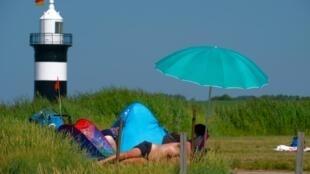 Sur une plage de la Mer du Nord en Allemagne, où le thermomètre a atteint les 34 degrés, le 24 juillet 2019