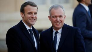 El presidente francés Emmanuel Macron le da la bienvenida a François de Rugy en el Palacio del Elíseo, en el marco de la 'One Planet Summit' en París, el 12 de diciembre de 2017.