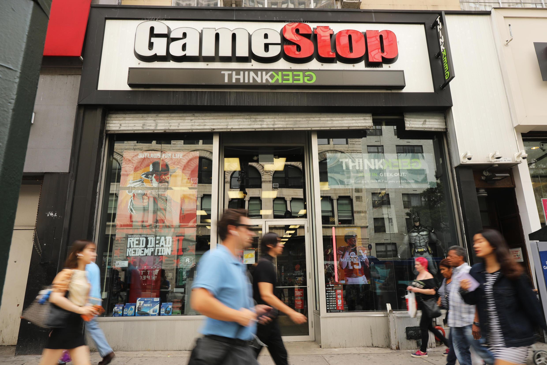 """Esta es la saga del comienzo del año en Wall Street: en pocas sesiones, la acción de las tiendas de videojuegos GameStop subió a un ritmo asombroso, una subida impulsada por un grupo de corredores de bolsa en una cruzada contra el """"establishment""""..."""