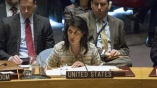 السفيرة الأمريكية لدى الأمم المتحدة نيكي هالي في جلسة لمجلس الأمن في 21 شباط/فبراير 2017