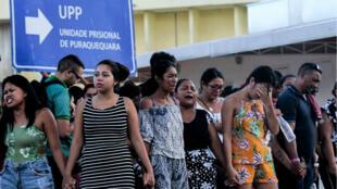 Des familles de détenus en train de prier devant la prison de Puraquequara, dans la ville de Manaus, dans l'État d'Amazonas, le 27 mai 2019.