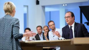 """Le président François Hollande était l'invité de l'émission """"Le Supplément"""" le 19 avril avec Maïtena Biraben."""