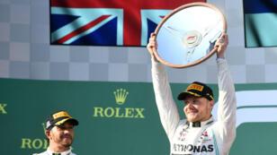 Valtteri Bottas, de Mercedes, con el trofeo de ganador del Gran Premio de Australia en el inicio de la temporada de la Fórmula 1 en el circuito de Albert Park en Melbourne, Australia, el 17 de marzo de 2019.